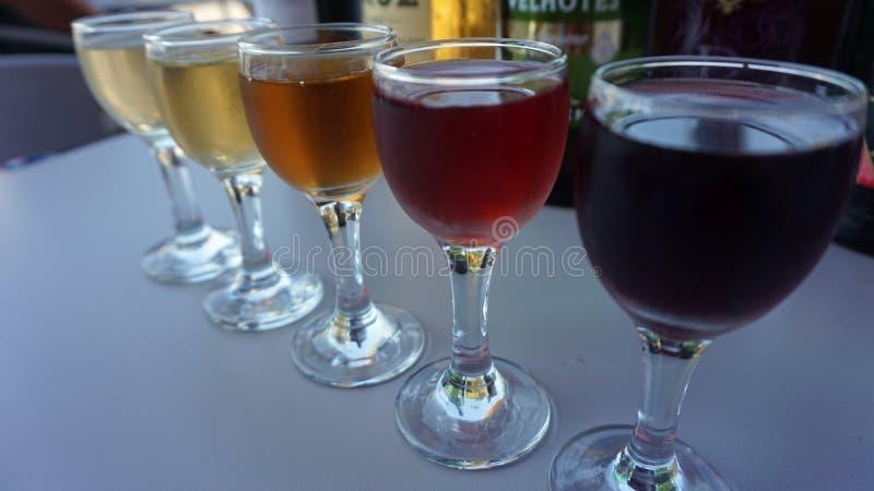 échantillon de vin traditionnel dans la cave de Porto image stock