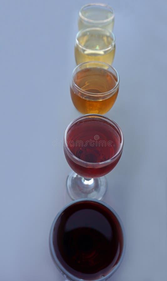 échantillon de vin traditionnel dans la cave de Porto images stock