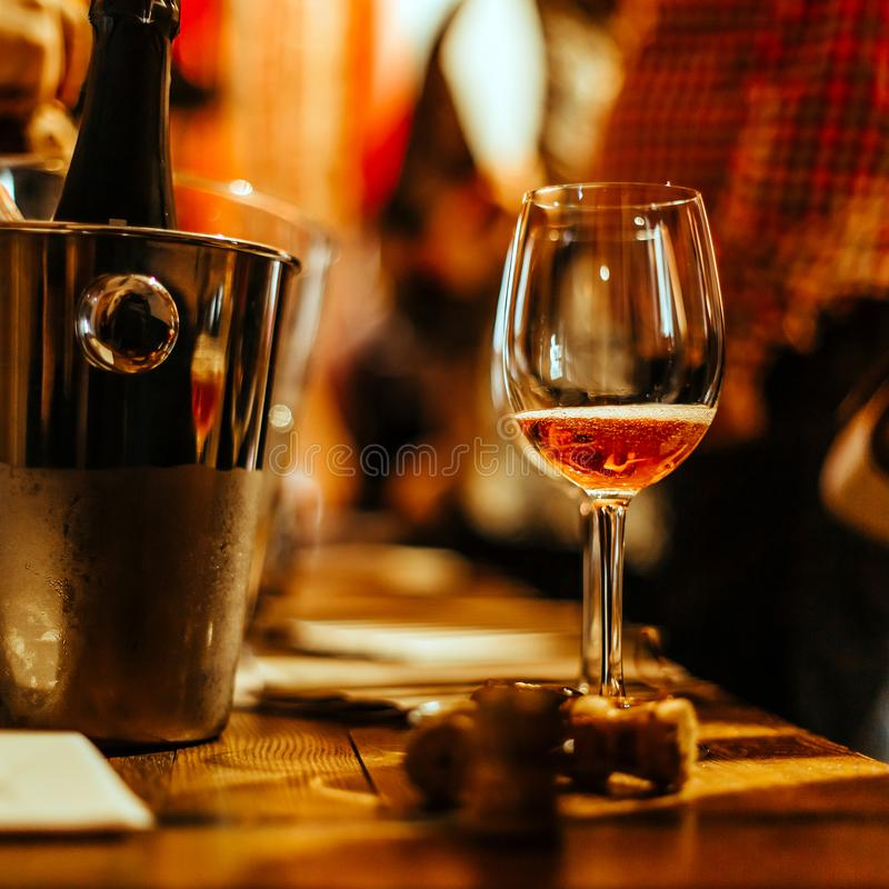 Échantillon de vin : un verre de supports de vin rosé sur la table de dégustation photo libre de droits