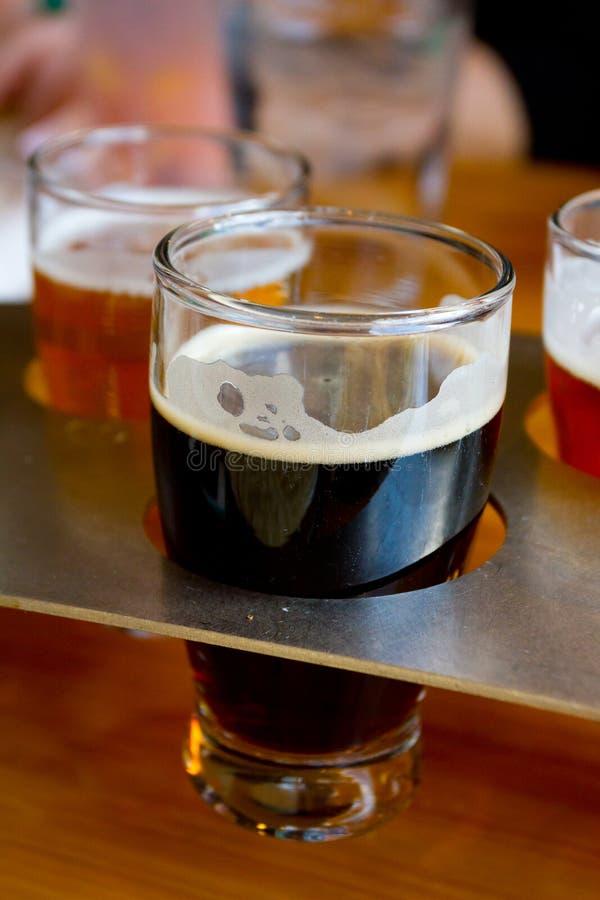 Échantillonneurs de bière à la brasserie images libres de droits