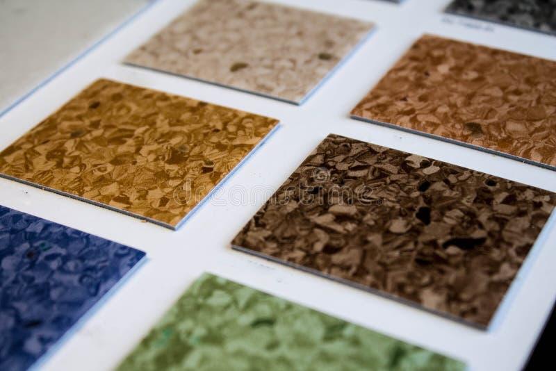 Échantillons de linoléum Coupure et pose des revêtements de sol photos libres de droits
