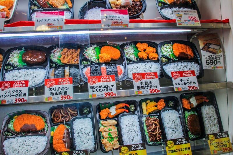 Échantillons de nourriture prête à l'emploi sur la fenêtre de magasin Intérieur de magasin japonais images stock