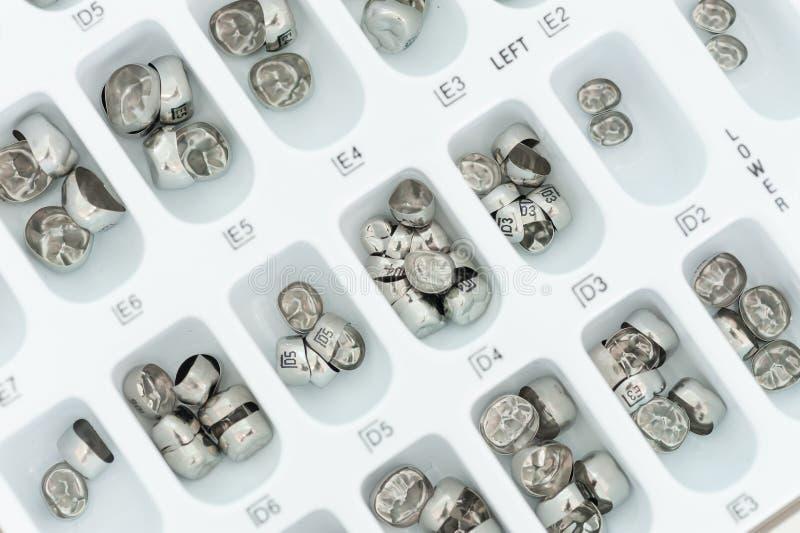 Échantillons dentaires de couronne en métal dans le plateau photos libres de droits