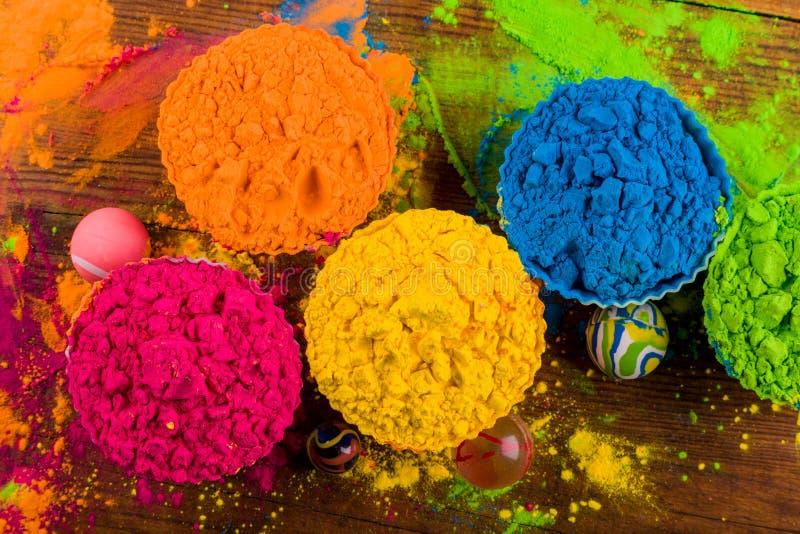 Échantillons lumineux assortis de couleur de podwer sur le fond foncé image stock