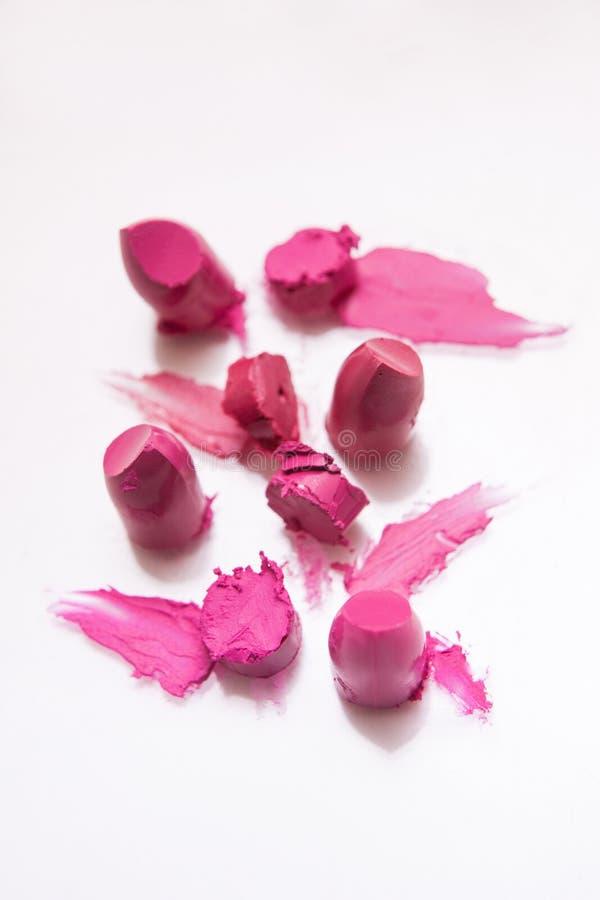 Échantillons roses de coupe de rouges à lèvres sur le fond blanc photographie stock libre de droits