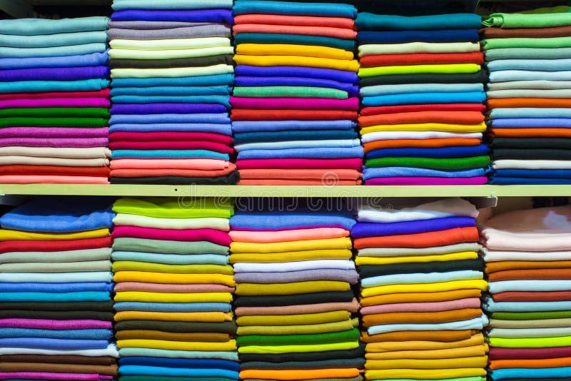 Échantillons turcs colorés de tissu sur le bazar grand image libre de droits