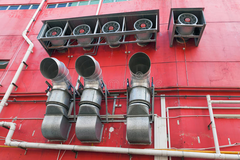 Échappement commercial de construction de système de refroidissement de chauffage images stock