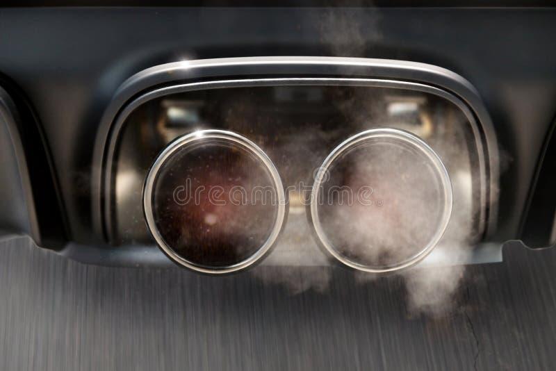 Échappement de voiture dans le tabagisme à toute vitesse photo stock