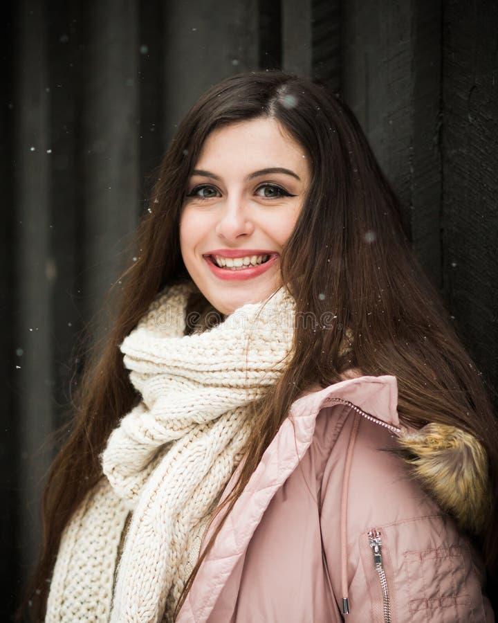 Écharpe caucasienne d'hiver de Knit d'élève de terminale photographie stock libre de droits