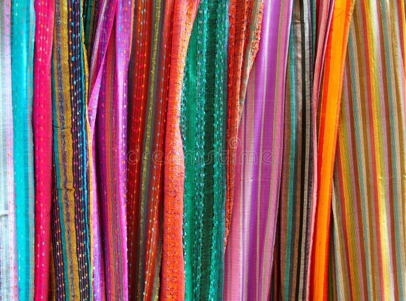 Écharpe colorée indienne dans des écharpes d'une ligne image libre de droits