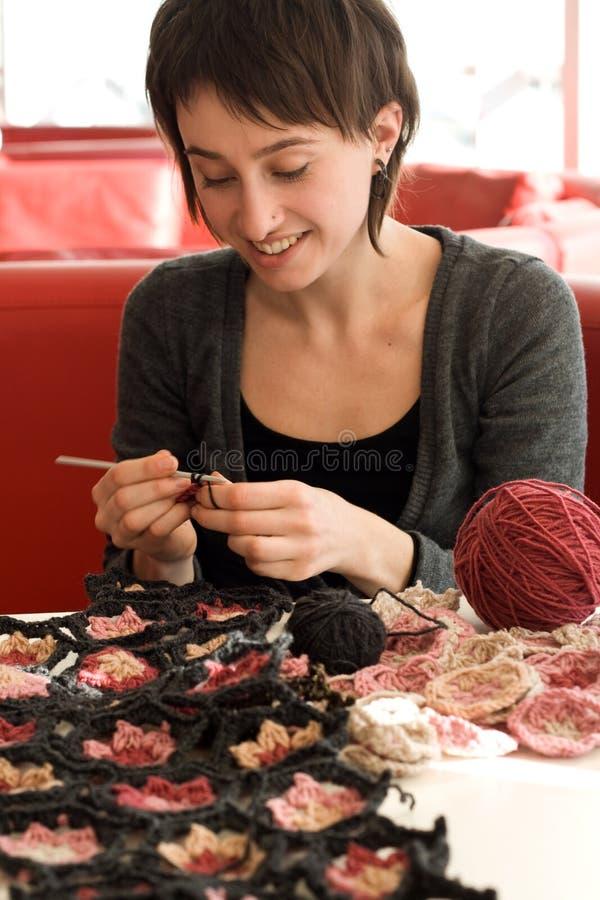 Download Écharpe De Jeune De Fille Sourire Et De Crochet Image stock - Image du séance, billes: 56486601