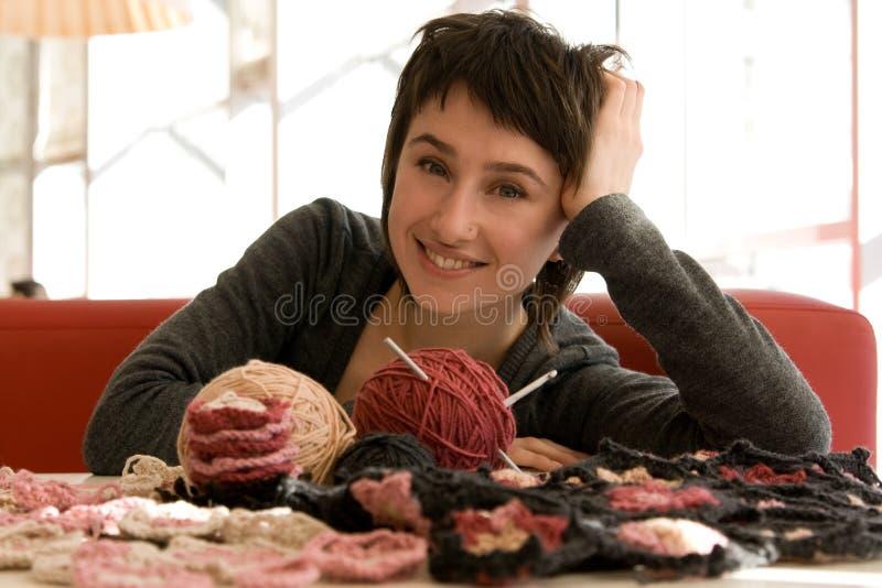 Download Écharpe De Jeune De Fille Sourire Et De Crochet Image stock - Image du durée, tricotage: 56486751