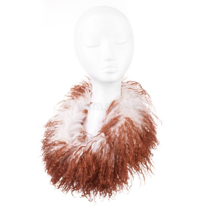 Écharpe de laine moderne sur une tête blanche de poupée d'isolement sur le fond blanc photographie stock