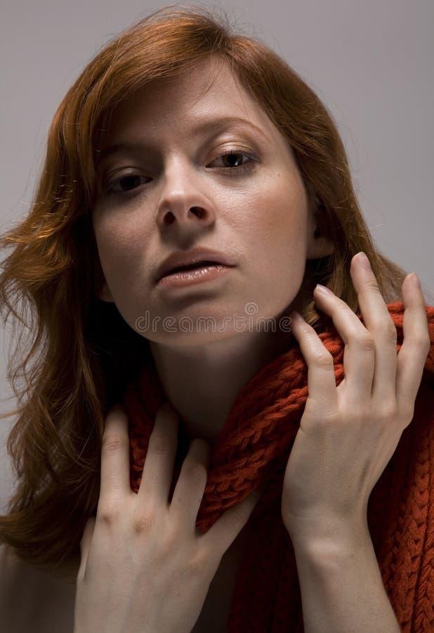 Écharpe et mains rouges photo libre de droits