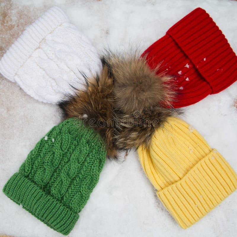 Écharpe, gants et chapeau bleu-clair de laine au-dessus de blanc photo stock