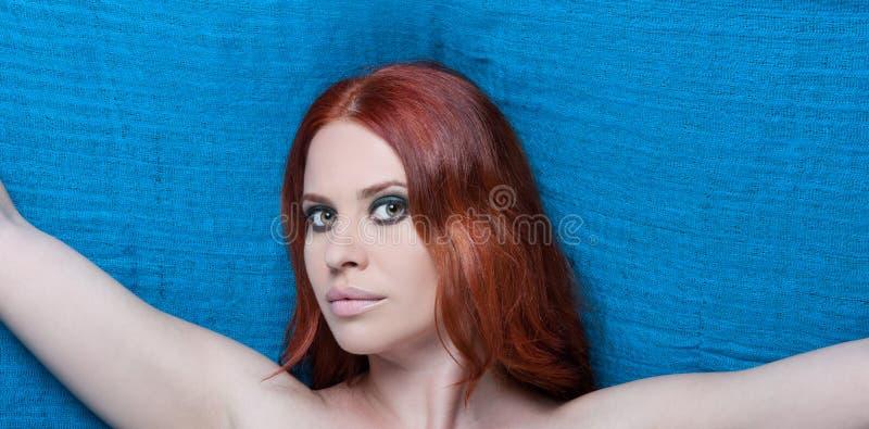 Écharpe modèle de bleu de participation de fille attirante photographie stock