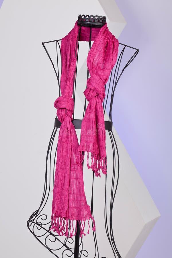 Écharpe rose tissée avec des franges sur un mannequin photo stock