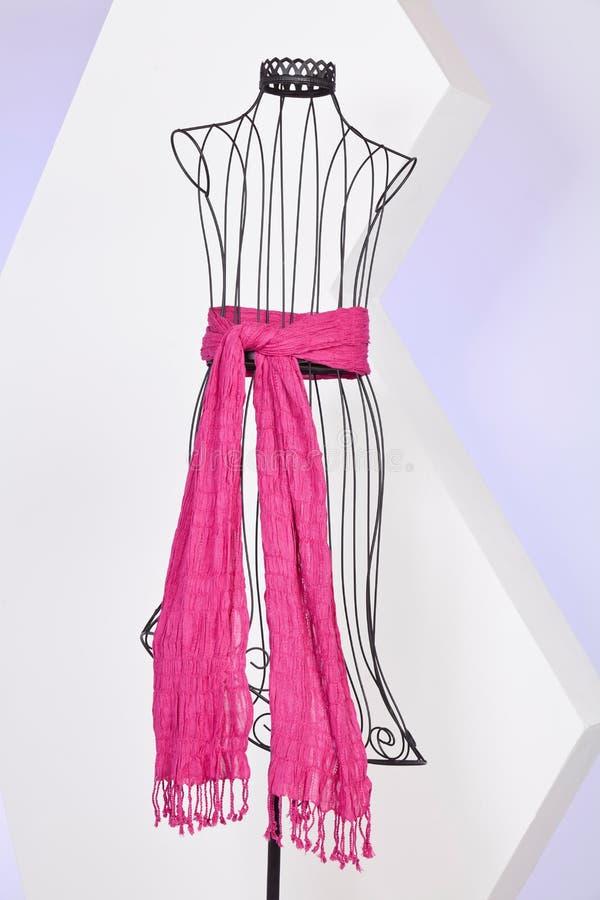 Écharpe rose tissée avec des franges sur un mannequin photographie stock