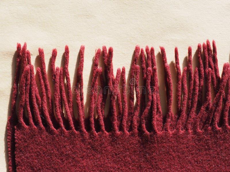Écharpe rouge de laine avec des franges image libre de droits