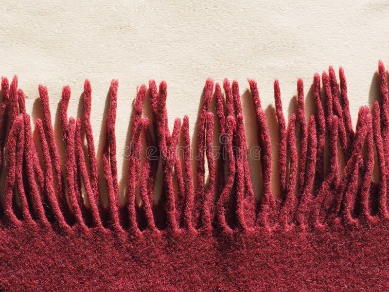 Écharpe rouge de laine avec des franges photographie stock libre de droits
