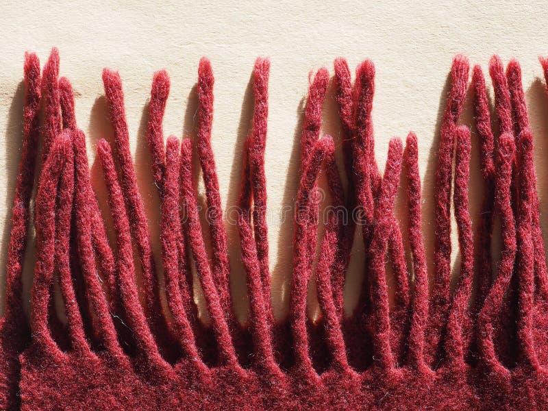 Écharpe rouge de laine avec des franges photo libre de droits