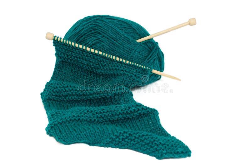 Écharpe sur des pointeaux de tricotage image libre de droits