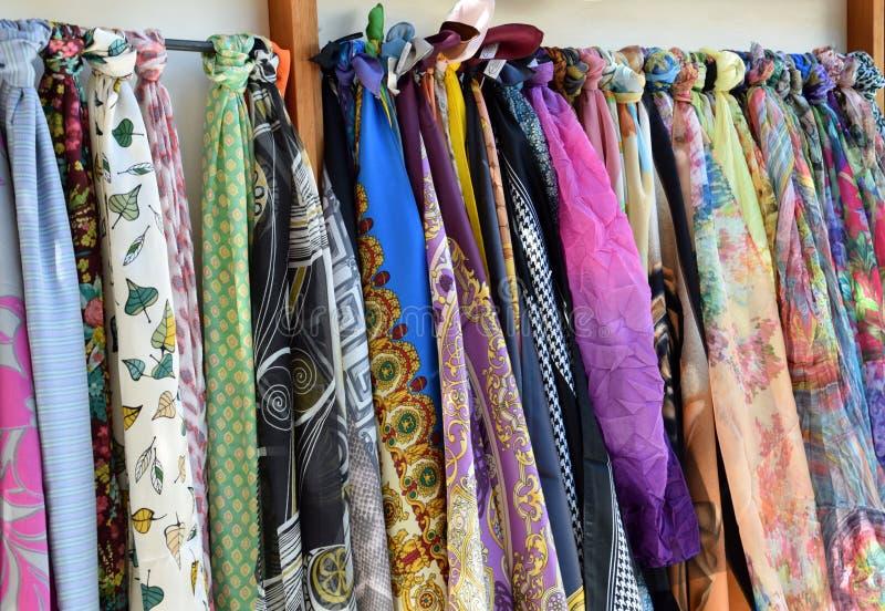 Écharpes colorées, accessoires de mode pour l'homme et femme image libre de droits