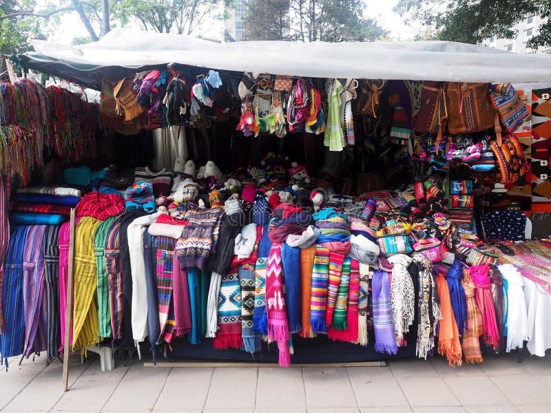 Écharpes colorées dans le support de souvenir, Quito, Equateur photographie stock libre de droits