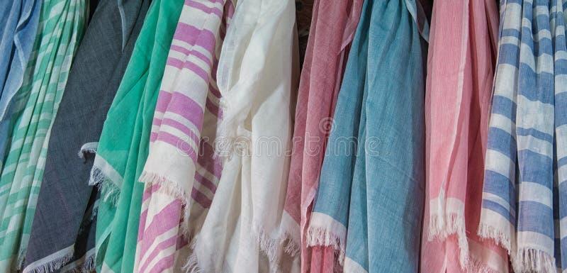 Écharpes colorées dans un souk à Marrakech photos libres de droits