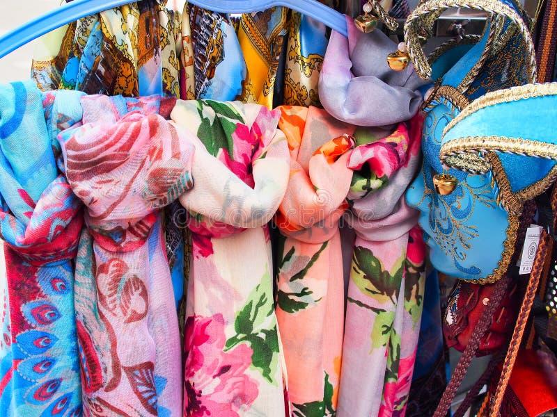 Écharpes colorées et masque bleu, Venise, Italie photo libre de droits