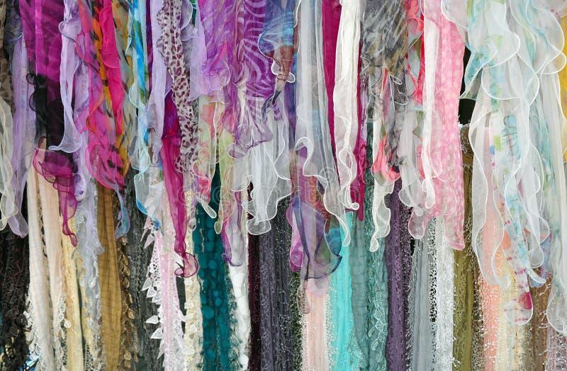 Écharpes colorées sur l'affichage images stock