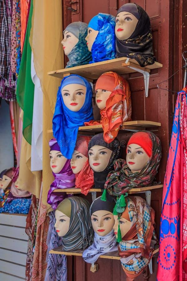 Écharpes de tête du ` s de femmes sur l'affichage au marché dans Fes Maroc photo stock