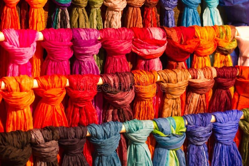 Écharpes en soie colorées image libre de droits
