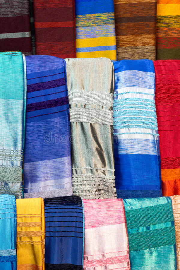 Écharpes en soie d'agave coloré à Marrakech images libres de droits