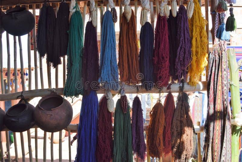 Écharpes et articles de ménage à vendre au marché dans Cuzco, Pérou photo stock