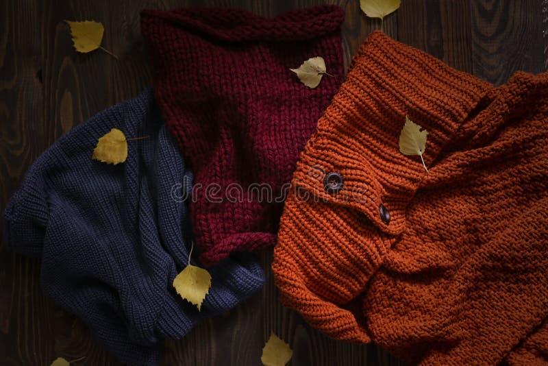 Écharpes tricotées sur le fond en bois, automne photo stock