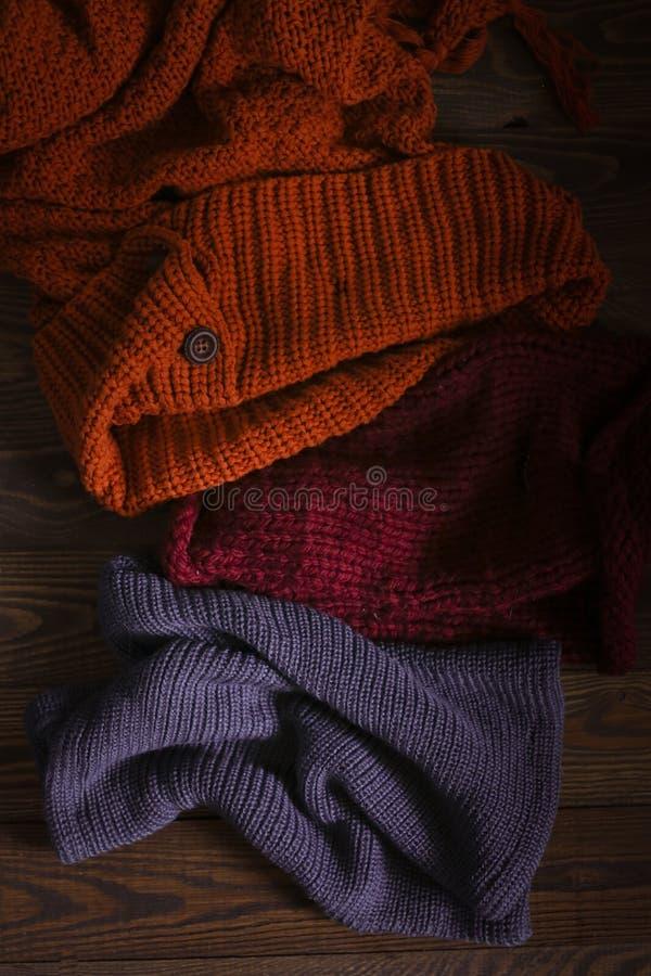 Écharpes tricotées sur le fond en bois, automne images stock