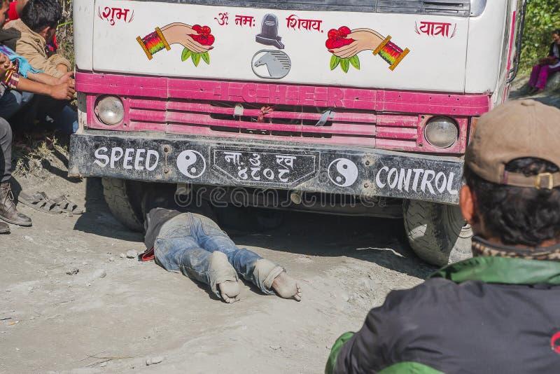 Échec de l'autobus sur un Népalais de route inégale photos libres de droits