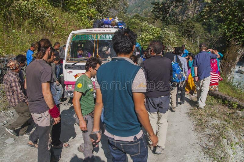 Échec de l'autobus sur un Népalais de route inégale photo stock