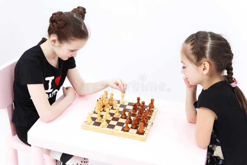 Échecs de jeu de deux filles Mouvement blanc d'évêque image stock