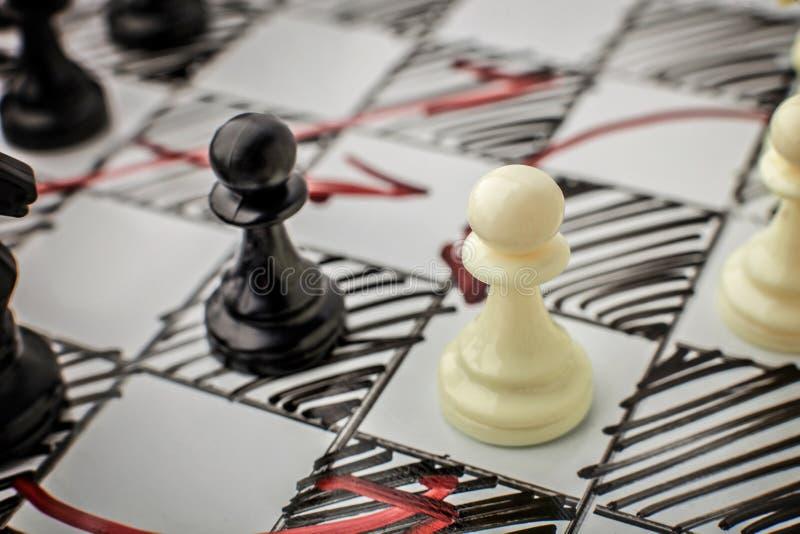 Échecs Gage blanc et noir se faisant face sur un conseil blanc images libres de droits