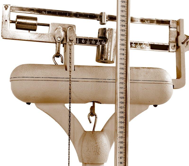 Échelle antique pour mesurer le poids et la taille photographie stock libre de droits