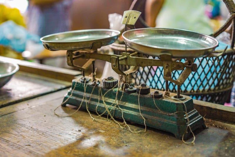 Échelle classique de poids de cru pour la mesure le heab thaïlandais médical dans le magasin thaïlandais médical original d'herbe photographie stock