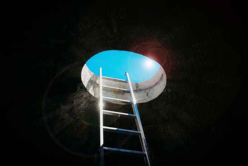 Échelle d'étape verticale sur la fenêtre de plafond menant à la liberté et à d'autres émotions positives photos stock