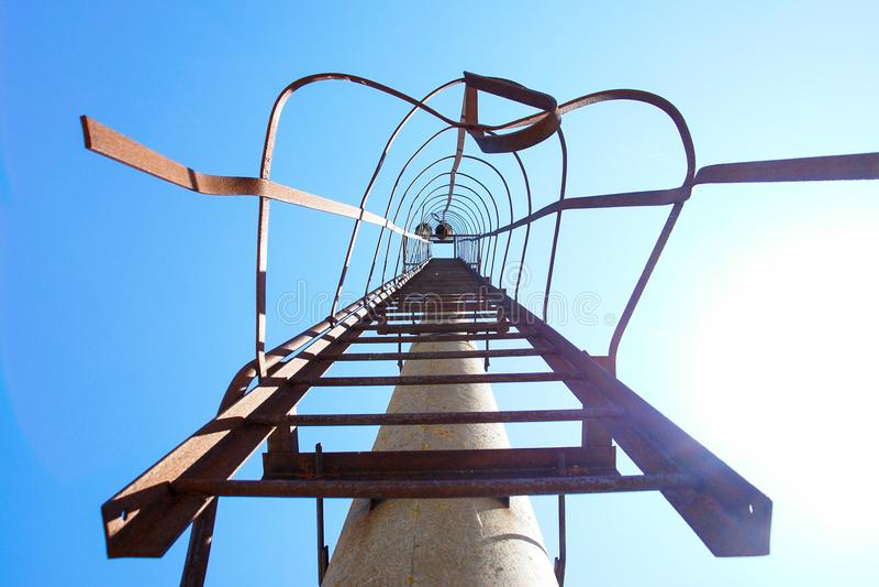 Échelle d'escaliers aux cieux bleus de ciel images libres de droits