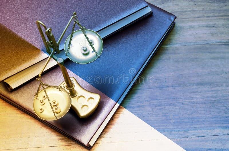 Échelle d'or mécanique de poids, aussi équilibre de laboratoire, équilibre photographie stock