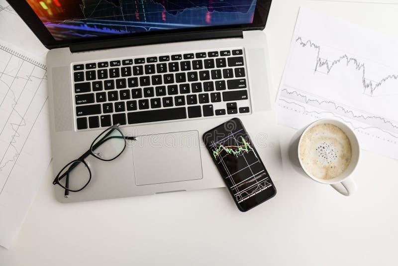 Échelle de croissance blanche d'index de téléphone de café en verre de table photo stock