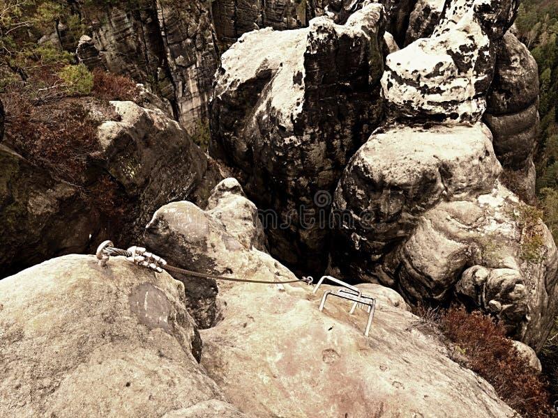 Échelle de grimpeurs Repassez la corde tordue fixe dans le bloc par les crochets instantanés de vis L'extrémité de corde photographie stock libre de droits