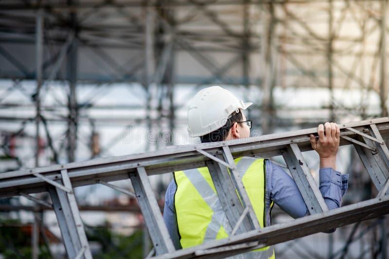 Échelle en aluminium de transport d'homme d'ouvrier d'entretien images stock