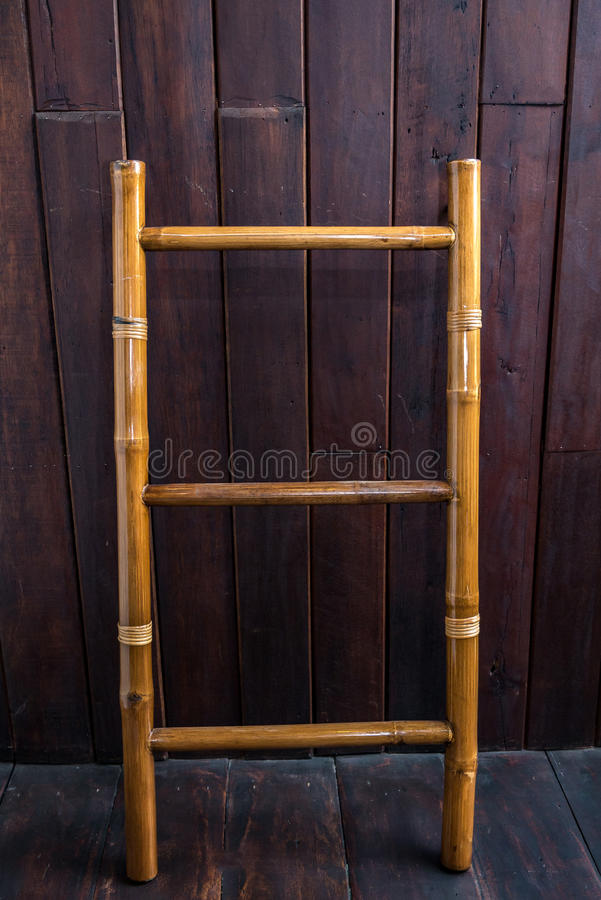 Échelle en bois près du mur de briques blanc dans la chambre vide prête pour Reno photos libres de droits